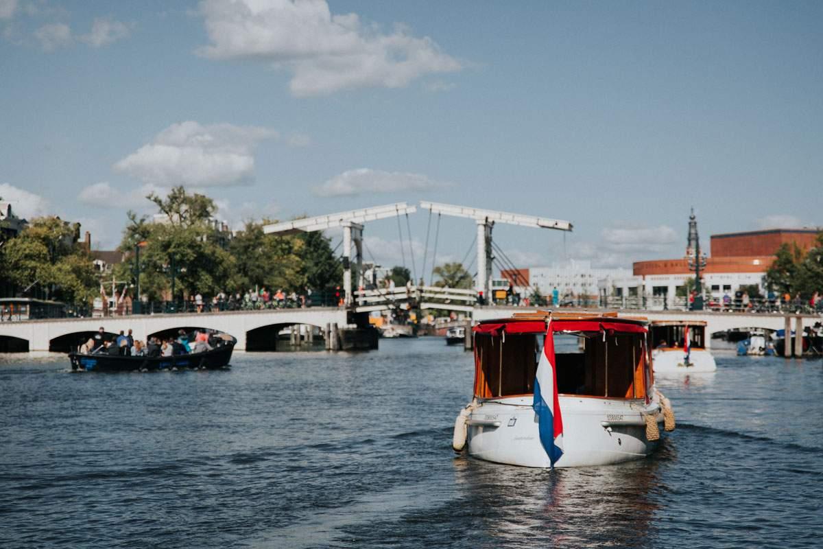 Het leukste uitje in het voorjaar? Maak een borrelvaart in Amsterdam!