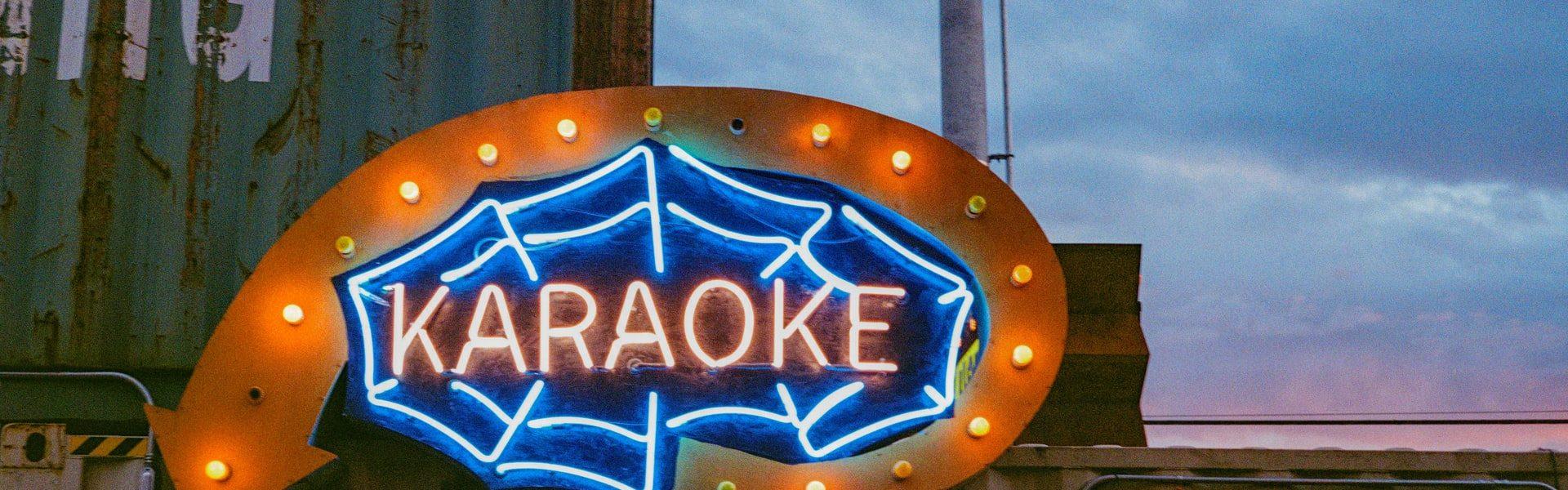 Wil je een knalfeest? Schaf dan een karaoke set aan!